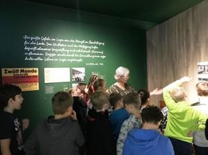Die Lehrerin erklärt den Schülern die Ausstellung des Stadtmuseums