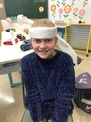 Schülerin mit Kopfverband beim Erste Hilfe Kurs