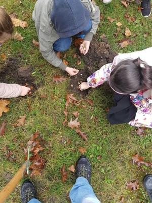 Kinder vergraben Blumenzwiebeln