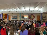 Am Vorlesetag versammelten sich alle Schüler in der Aula um das Video von Benoby anzusehen