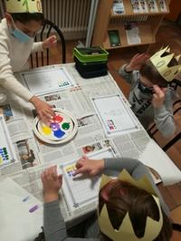 Drei Kinder basteln mit Fingermalfarbe