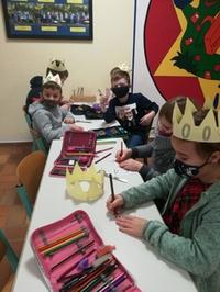 Kinder malen und basteln