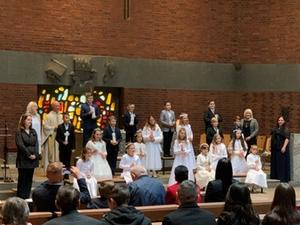 Kinder bei der Erstkommunion in der Christkönigkirche