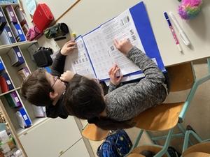 Schüler bei der Bearbeitung der Aufgaben des Känguru Wettbewerbs