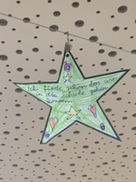 """Ein Stern beschriftet mit """"Ich finde schön, dass wir in die Schule gehen können"""""""