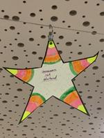 """Ein Stern beschriftet mit """"Gemeinsam mit Abstand"""""""