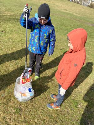 Schüler sammeln bei der Aktion Rama Dama Müll